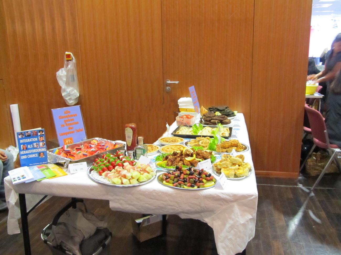 Verkauf von Speisen beim Interkulturellen Tag zugunsen der Langener Tafel