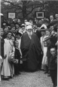 Abdu'l Bahá 1913 zu Besuch in Stuttgart, im Kreise von Freunden und Gästen im Garten der ehemaligen Villa Wagenburg (im zweiten Weltkrieg zerstört).